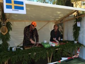 Gert-Ove Åkesson och Janne Tumelius förbereder och skär upp kött från Älg, vildsvin och nötkött rökt hos Ragnar Johansson slakteri i Mjällby. Foto Michael Örkner.