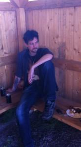 Magnus lyssnar på ett av Jaktsamtalen.