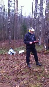 Stefan Lilja skriver skjutprotokoll så vi kan redovisa skotten till Mörrums Jaktskytteklubb