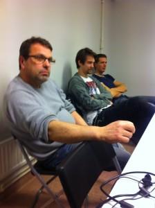Dieter Bernstein lyssnar av fråga som en av de bliande Jägarna ställt, Magnus och Johan i bakgrunden.