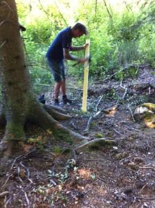 """Emanuel tillverkar en """"stötta"""" till viltvakten. Foto:LPR"""