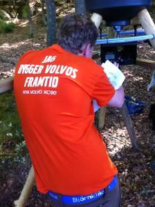 Jimmy ställer in elektroniken som skall ge Jourhavande Jägare larm. Foto:LPR