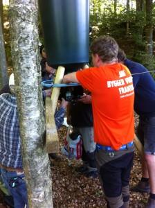 Ett bra Teamarbete runt foderautomaten. Foto:LPR