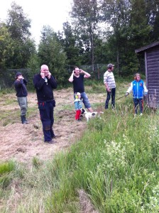Jägare som skall jag råbock den 16 augusti kontrollerar att gevär och sikte är rätt inställt. Nästa generation jägare och jakthund finns med på bilden.