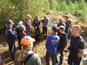 Sven berättar hur man fostrar valparna att jaga som fångat elevernas uppmärksamhet. Jimmy och Gert-Ove stolta hundägare.
