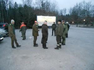 Samarbete med Fritzatorpet gav oss möjligheten att samla alla jägarna på parkeringen och klockan 14.00 planerades det med stora grillen som vi fick låna.