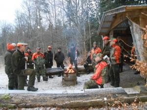 Samling vid grillplatsen efter jakten och summering. Foto Svenne Harrysson