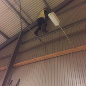 Skyddsjägaren Michael Örkner rensar duvbon i ridhuset.