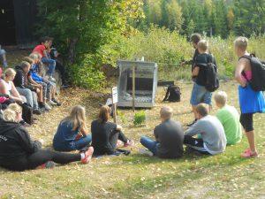 Kent Lönqvist berättar om fällor, fångstteknik och foderautomater. Bilden visar en ny fälla som är godkänd för att fånga vildsvin, som mer och mer rör intill detaljplanerat område i Olofström och av säkerhetsskäl kommer fällan att användas vid fångstbehov av vildsvin.