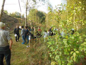"""Många elever var ivriga att få skjuta och här väntar de i """"skjut-fållan"""" på sin tur."""