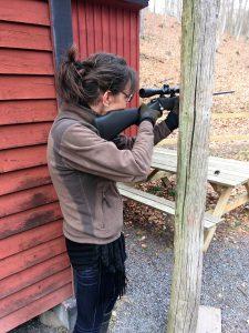 """Precisionsskjutning med Jägarmässigt stöd, Maria satt 4 skott på en """"5-krona"""". Foto: LPR."""