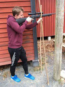 Olle provade 2:a skjutomgången precisionsskjutning med skjutkäpp. Foto: LPR