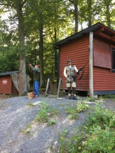 Kjell-Åke och Håkan förbereder sig för Björnpasset. Foto Michael Örknér.