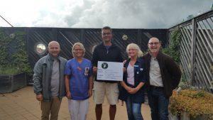 Janne Tumelius och Michael Örknér överlämnar pengar från Jägarna i Olofström till Barnavdelningen på Blekingesjukhuset.
