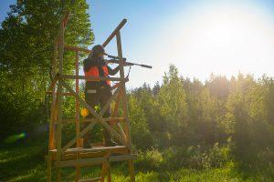 Therese en av våra kvinnliga jägare gör provanläggning från ett av våra jakttorn.